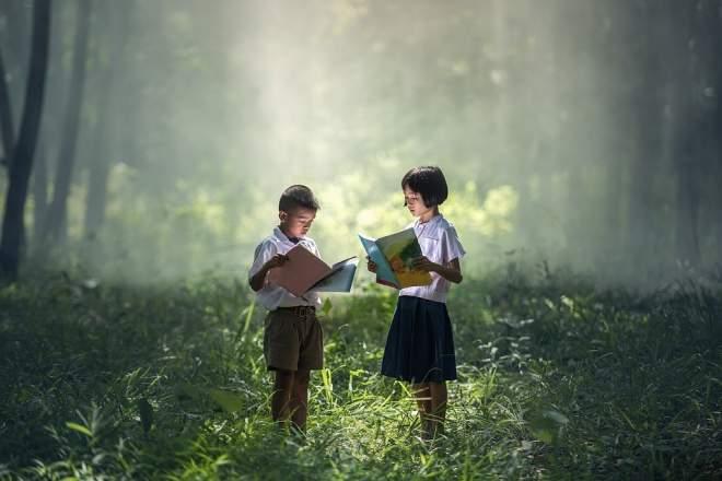森の中で本を読む子供