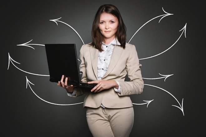 PCを持つ女性と矢印の写真