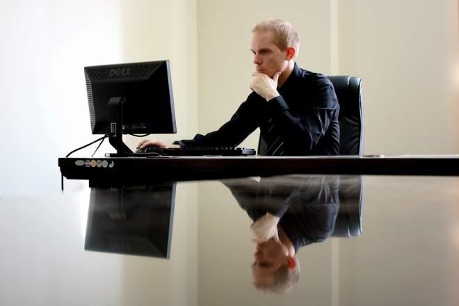 ネットを見る男性の写真