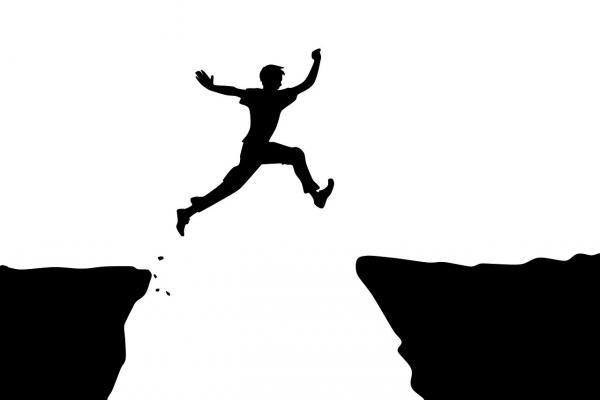 ジャンプする人のシルエット