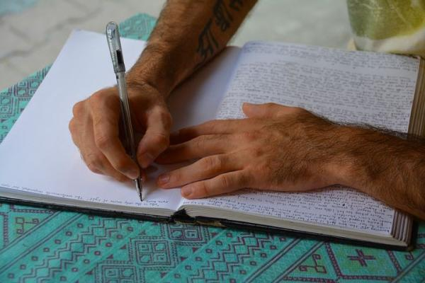 勉強中の男性の手