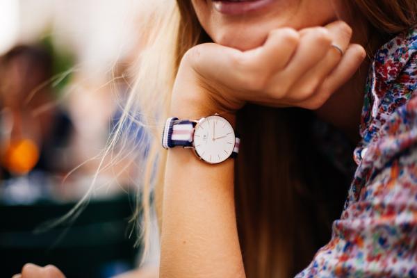 腕時計をつけた女性