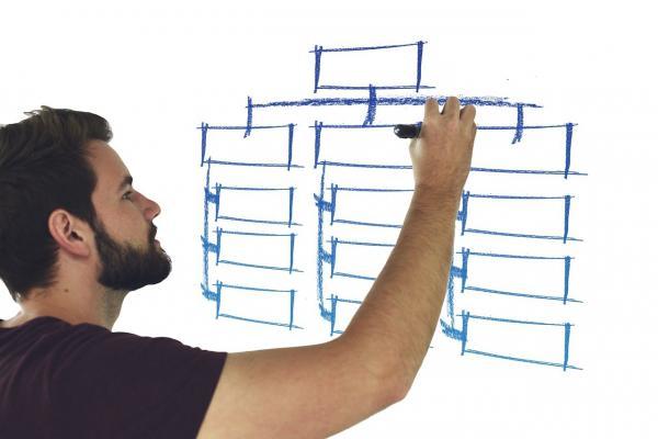 男性が図を書いている写真
