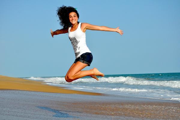 女性がジャンプする写真