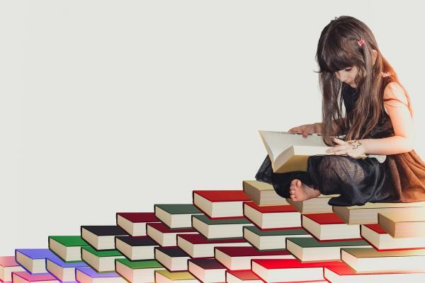 本の上の女の子
