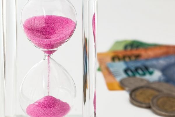 砂時計とお金の写真