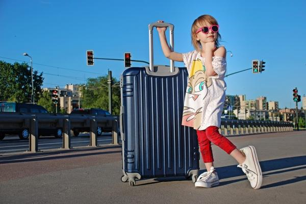 荷物を持つ子供