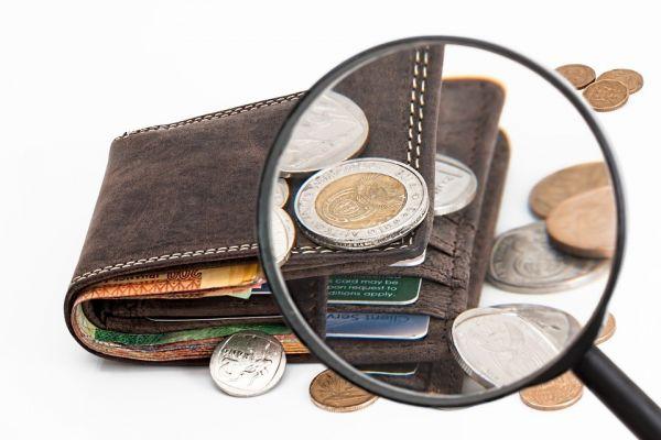 お財布と虫眼鏡