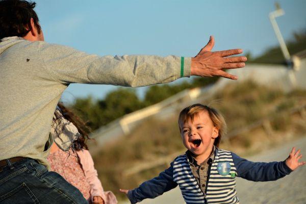 喜ぶ子供と父親の抱擁
