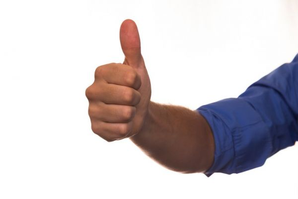親指を立てている男性の手