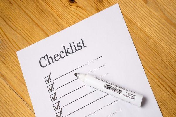 デスクに置いてあるチェックリストとペン