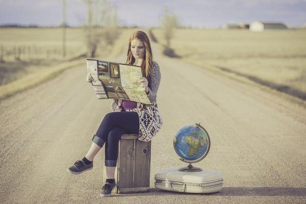 地図を広げる女性の写真