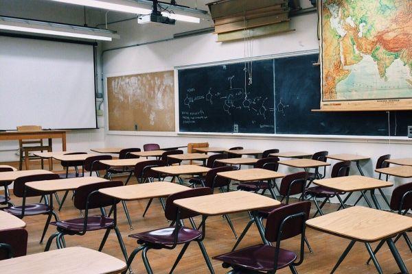 予備校の教室をイメージした画像