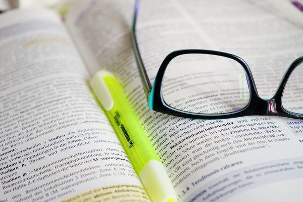教科書と蛍光ペンとめがね