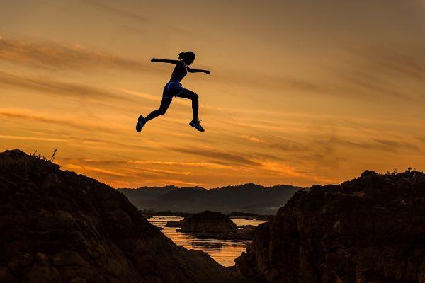 飛び跳ねる人のシルエット