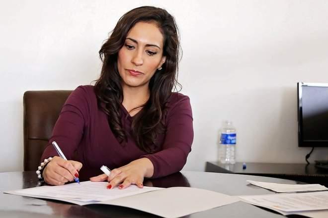 女性がペンを持つ写真