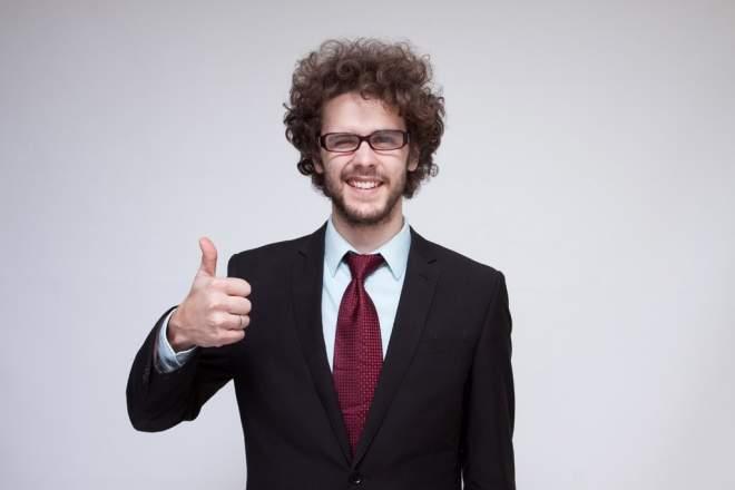男性が親指を立てている写真