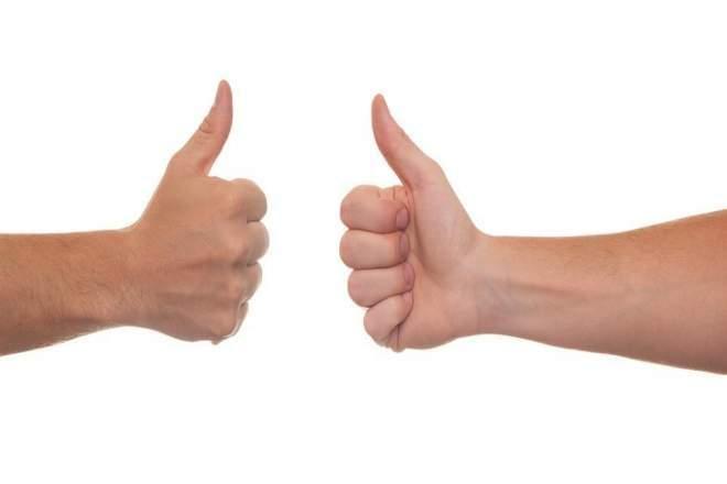 親指を立てる写真