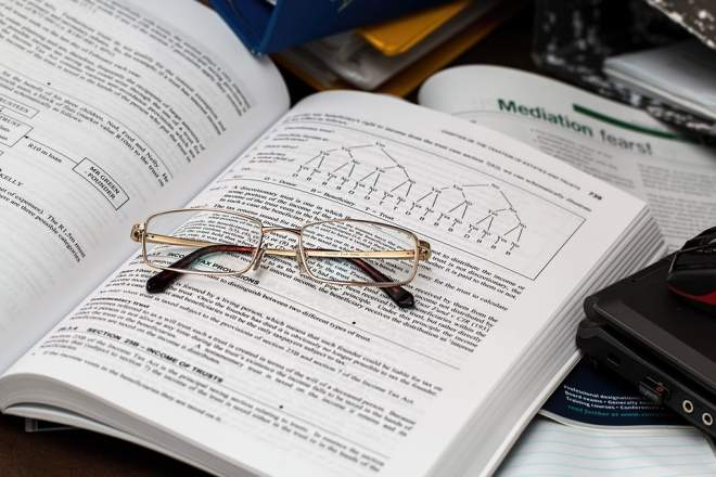 本の上の眼鏡
