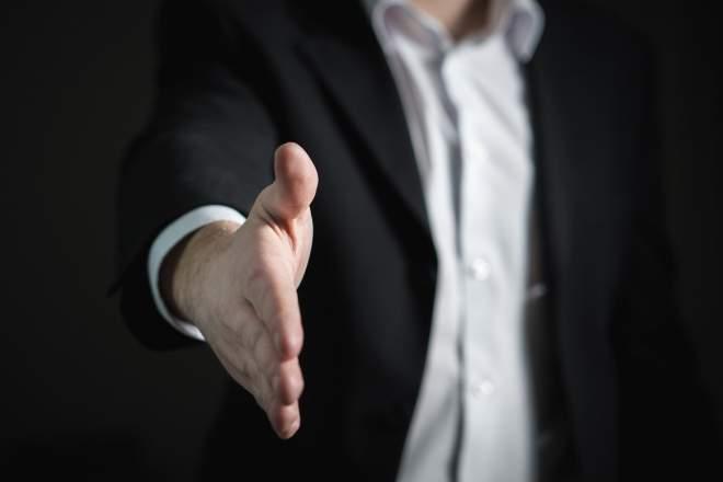 握手を求める男性